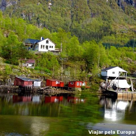 Casinhas coloridas na viagem de trem de Oslo para Bergen.