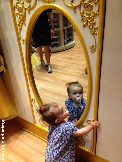 Espelho, espelho meu! Olha a Nicole divando na loja da Disney! rs