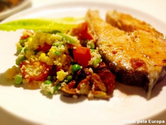 Salmão com molho chutney de manga e salada de cuzcuz. Delíciaaaa!