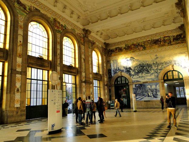 Na Estação São Bento o que encanta mais: a história ou a dimensão dos painéis de azulejo pintados pelo artista Jorge Colaço?