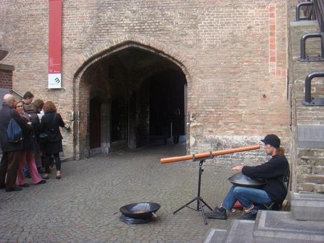 Nunca vou esquecer a sensação de ver esse artista de rua tocando instrumentos medievais