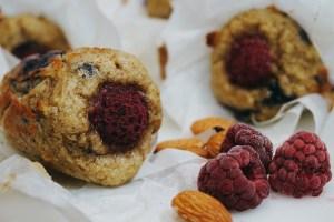Hälsosamma hallon och blåbärsmuffins