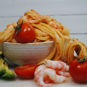 Krämig tomatpasta med räkor