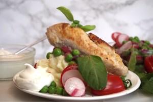 Smörstekt kyckling med potatispuré, pepparrotscreme och rödlöksvinägrett