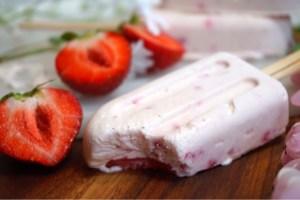 Sommarglass med jordgubbar