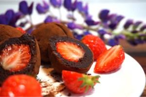 Jordgubbsfyllda browniebollar