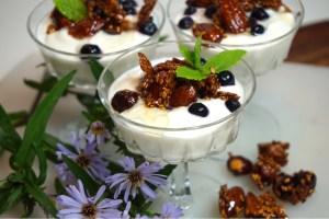 Yoghurtdessert med honungsrostade nötter