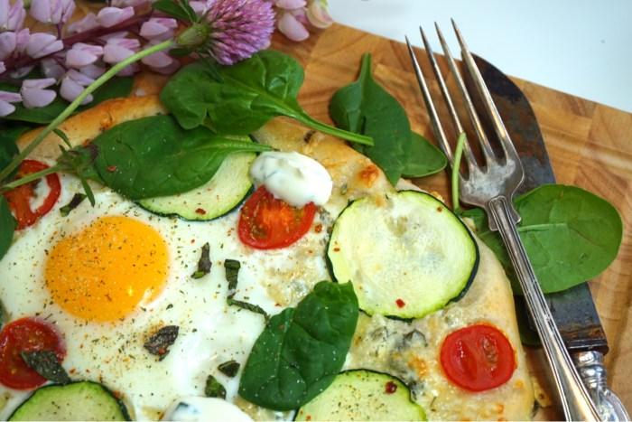 Frukostpizza med ägg och zucchini