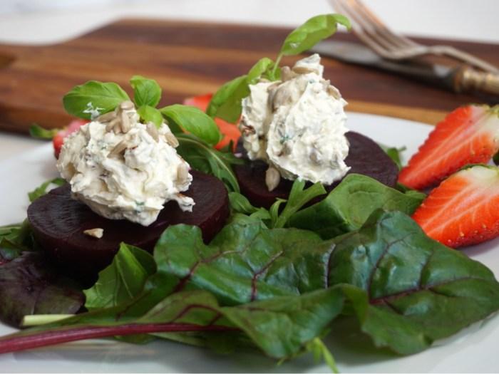 Sallad med rödbetor och fetaostkräm
