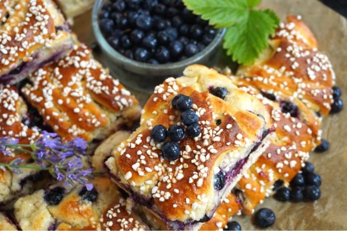 Krämiga blåbär och vaniljbullar i långpanna