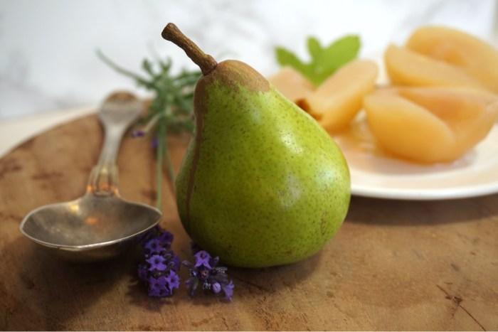 Kanelkokta päron i sockerlag