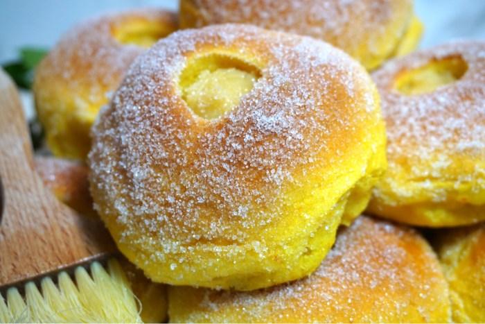 Vaniljfyllda saffransbullar med socker