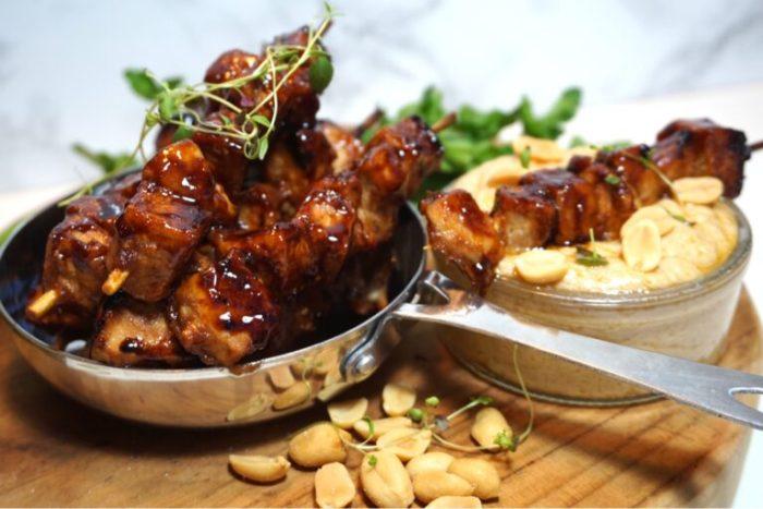 Mini kycklingspett med krämig jordnötssås