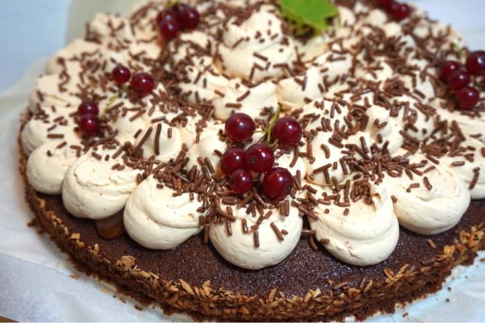 Chokladkaka toppad med  dulce de leche marängsmörkräm