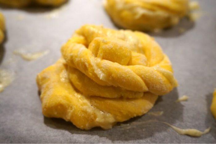 Nattjästa saffran-socker bullar med krämig vaniljfyllning