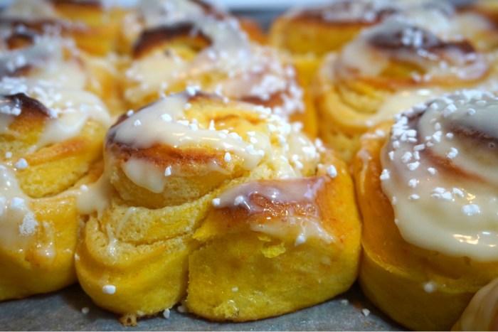 Nattjäst saffrans butterkaka i långpanna med vanilj och frosting