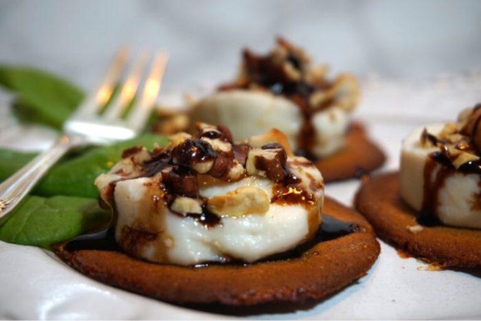 Varma chèvre pepparkakor med nötter