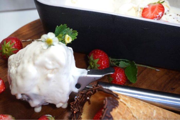 Enkel krämig vaniljglass utan glassmaskin