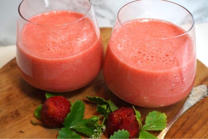 Syrlig jordgubbs och mynta smoothie