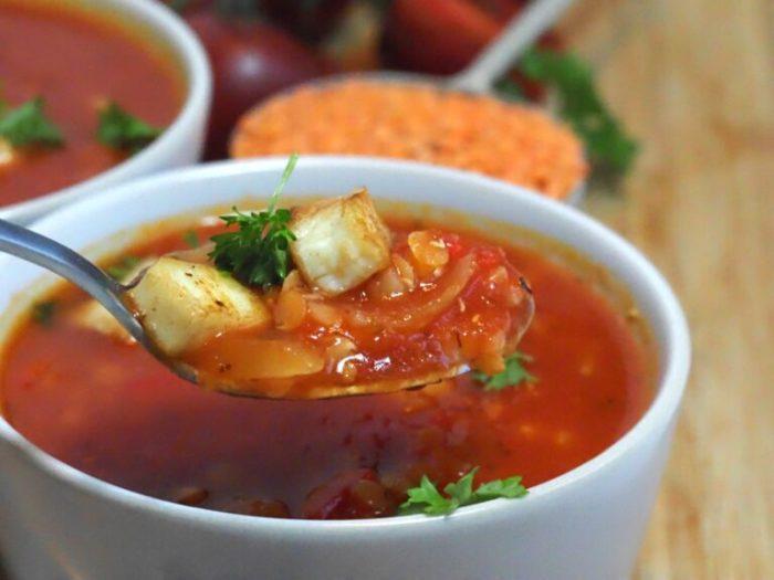 Mustig tomatsoppa med linser och halloumi