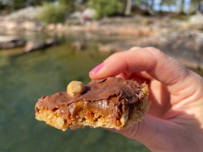 Chokladig Snickerskaka med havrebotten