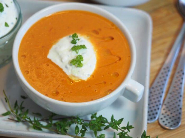Krämig tomatsoppa med vispad fetaostcreme