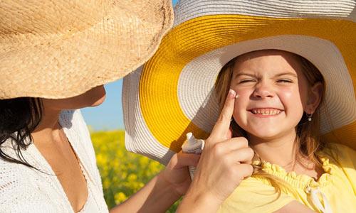 Kem chống nắng an toàn cho trẻ là rất quan trọng trong thời tiết hè nắng nóng