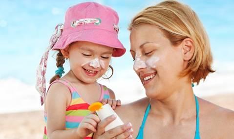 Các bà mẹ không nhất thiết phải sử dụng kem chống nắng chuyên dùng cho trẻ em cho con em mình
