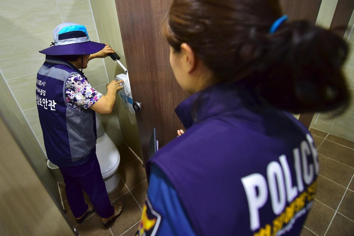 A Team Of Women Sweep For Hidden Toilet Cameras In South Korea  Vocativ