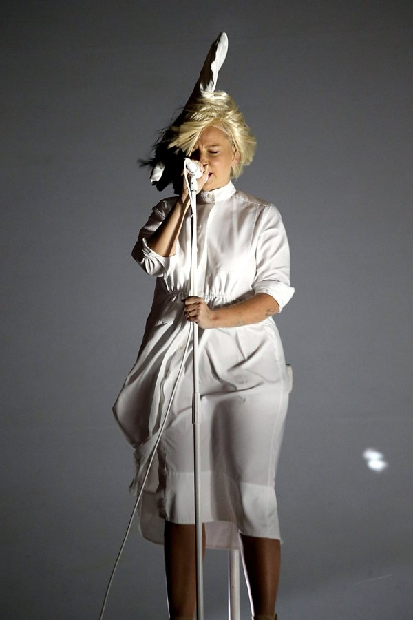 Sia Reveals Face Signature Super-bob - Vogue