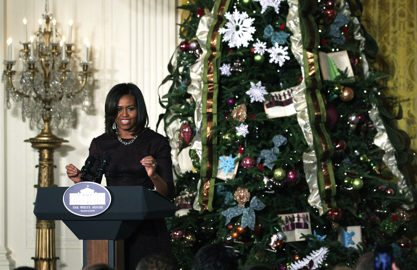 https://i0.wp.com/media.vogue.com/r/w_1600//wp-content/uploads/2014/12/03/holding-white-house-holiday-decorations-michelle-obama1.jpg