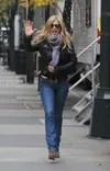 Jennifer Aniston wears skinny jeans with a jacket leather black