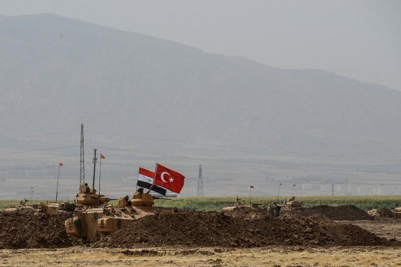 Des soldats se tiennent sur des chars portant des drapeaux turcs et irakiens lors d'un exercice militaire conjoint près de la frontière turco-irakienne le ...