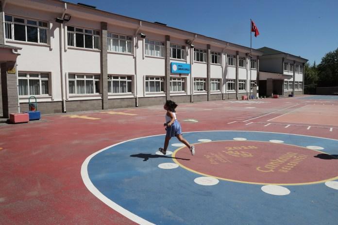طفلة تسير في ساحة مدرسة بتركيا
