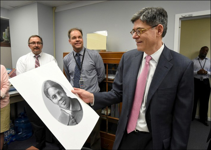 وزير الخزانة الاميركية يحمل صورة توبمان المقترحة لتكون على العملة