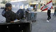 شباب في شوارع بيروت يجبرون المحال التجارية للإغلاق احتجاجا على الوضع الاقتصادي
