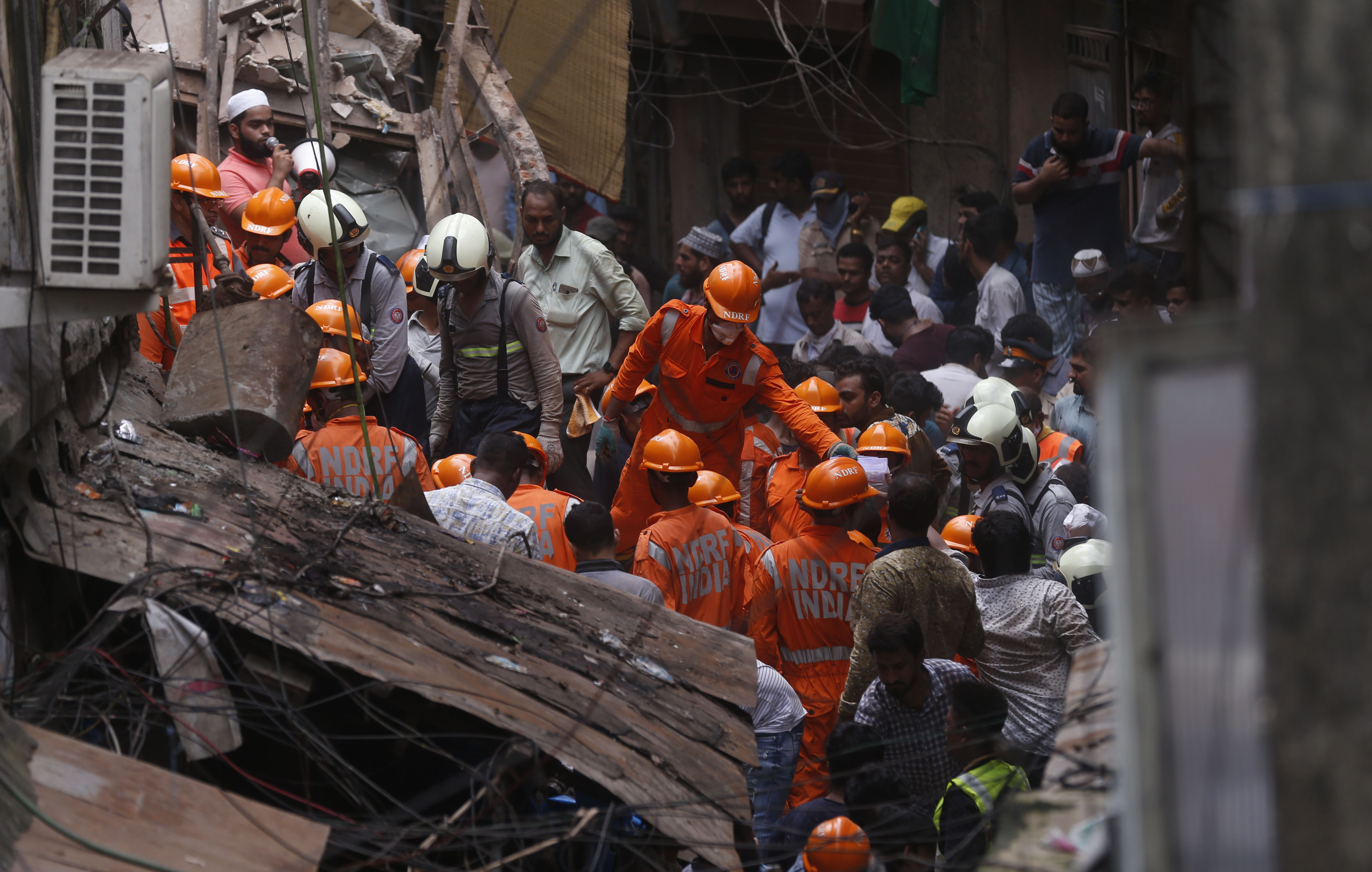 10 Killed, Dozens Trapped in Building Collapse in Mumbai | Voice of America - English