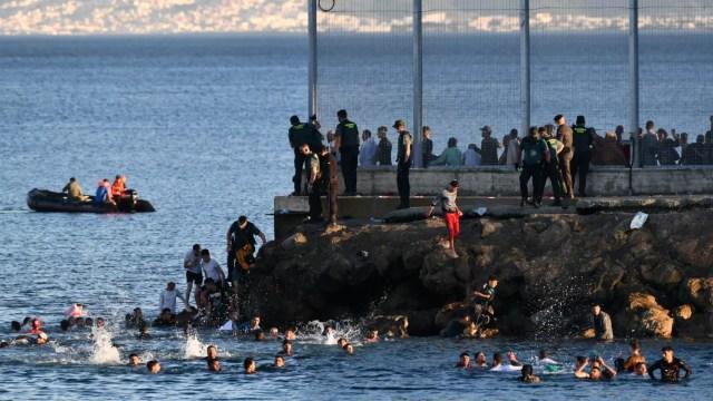 España devuelve a Marruecos 300 inmigrantes tras la entrada masiva