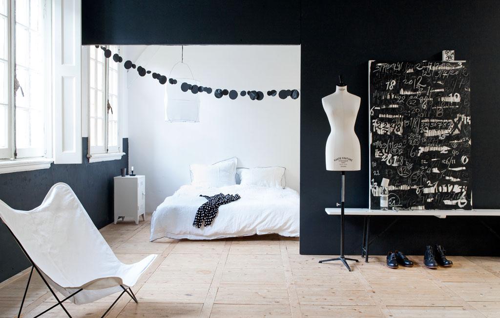 Slapen in een zwartwit slaapkamer  vtwonen