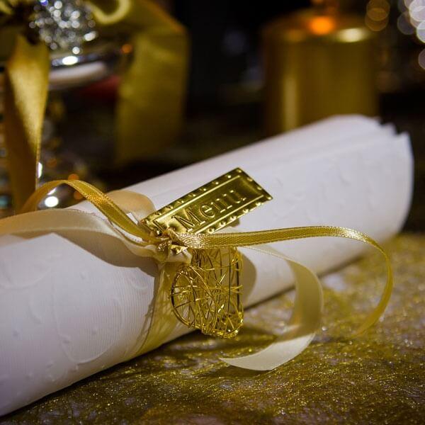 Dekoanhnger Drahtherz gold  fr die Hochzeitsdeko und Tischdeko  weddixde