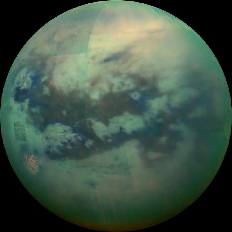 immagine falsecolor verde di Titano attraverso la foschia