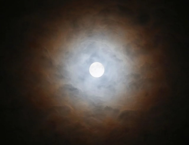 The corona of the moon is refracted by high clouds