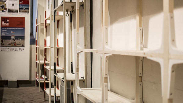 Designer con una causa distruggere la libreria Billy