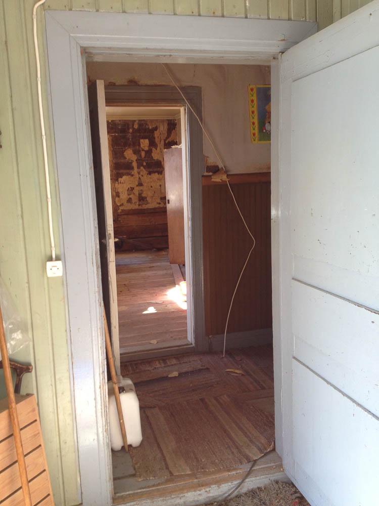 Ingången från södra farstun in mot förstugan. Toalett till vänster, södra kammaren rakt fram, södra köket till höger.