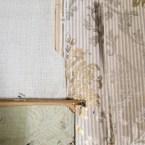 Bakom dörrlisten in till södra köket fann vi hyffsat bevarade tapeter.