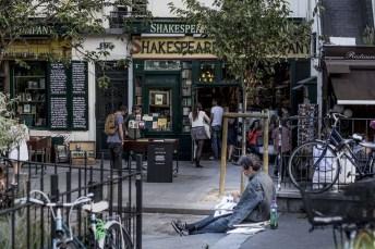 Tidningsläsare vid Shakespeare & co.