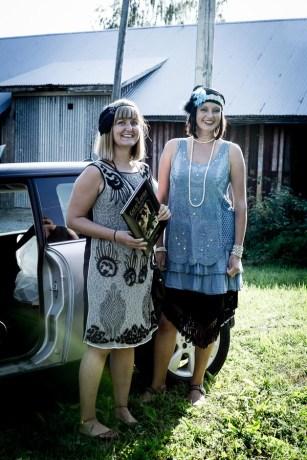Jenny och Lena uppklädda utanför vår lada.