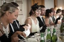 Många finklädda gäster