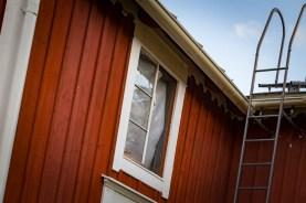 Effekten av vårstormarna var att ett av de gamla 1800-talsfönstren blåste ut från kvisten. Synd på fina munblåsta glas.