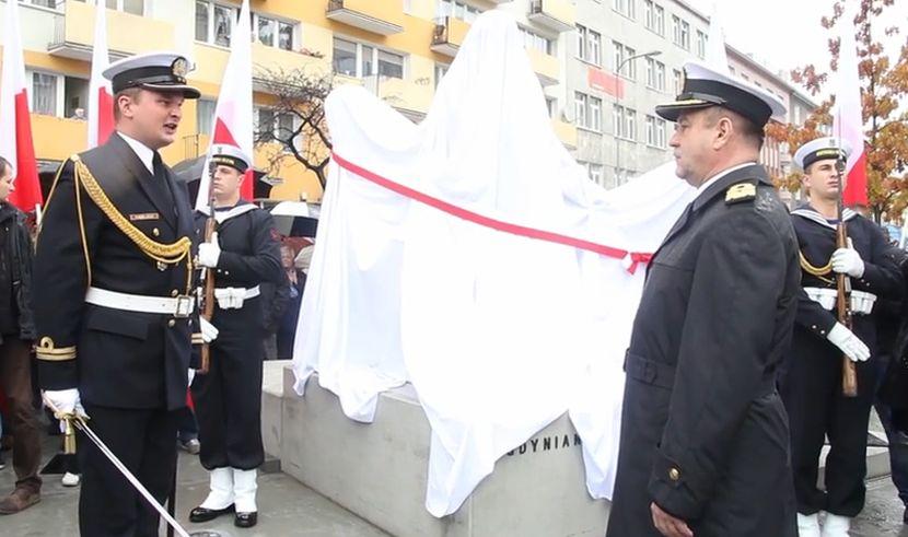 Wpadka Podczas Odsłonięcia Pomnika Białoczerwona Wstęga